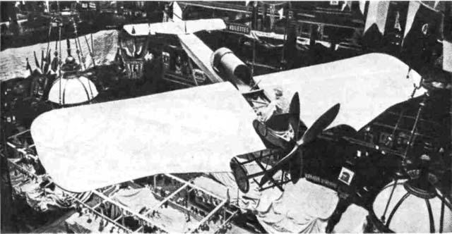 Французский самолет 'Депердюссэн' (1911 г.) являлся не только 'уткой', но и первым самолетом с соосными винтами, вращающимися в противоположных направлениях для нейтрализации крутящего момента и уменьшения диаметра воздушного винта при заданной мощности (что позволяло использовать более короткие опоры шасси).